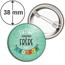 Badge 38mm Epingle Futur GRAND FRERE qui déchire - Banderole Fond Vert