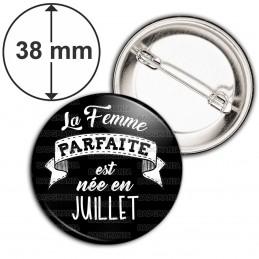 Badge 38mm Epingle La Femme Parfaite est Née en JUILLET - Blanc sur Noir