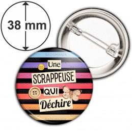 Badge 38mm Epingle Une scrappeuse qui déchire - Boutons Papillon Fond Multicolore