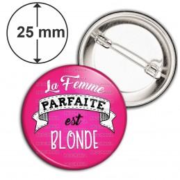 Badge 25mm Epingle La Femme Parfaite est Blonde - fond rose