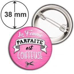 Badge 38mm Epingle La Femme Parfaite est COIFFEUSE