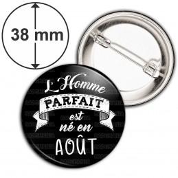 Badge 38mm Epingle L'Homme Parfait est Né en AOUT - Blanc sur Noir
