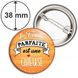 Badge 38mm Epingle La Femme Parfaite est une CHIEUSE - Cœur fond orange