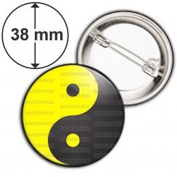 Badge 38mm Epingle Yin Yang Jaune Gris Foncé Harmonie Equilibre Feng Shui Paix Peace