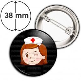 Badge 38mm Epingle Infirmière Tête Clin d'oeil Fond Noir