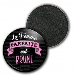 Magnet Aimant Frigo 3.8cm La Femme Parfaite est BRUNE - rose fond noir