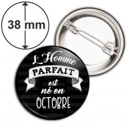 Badge 38mm Epingle L'Homme Parfait est Né en OCTOBRE - Blanc sur Noir