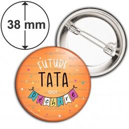 Badge 38mm Epingle Future TATA qui déchire - Banderole Fond Orange