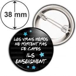 Badge 38mm Epingle Les vrais héros ne portent pas de capes ILS ENSEIGNENT - Fond Noir