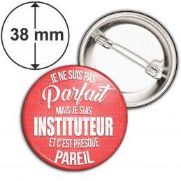 Badge 38mm Epingle Je ne suis pas Parfait mais je suis Instituteur et c'est presque pareil