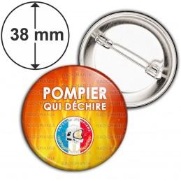 Badge 38mm Epingle POMPIER qui déchire - Fond Flammes Orange