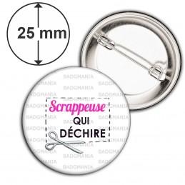 Badge 25mm Epingle Scrappeuse qui déchire - Ciseaux Fond Blanc