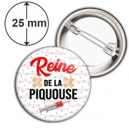 Badge 25mm Epingle Reine de la Piquouse - Infirmière Fond Blanc