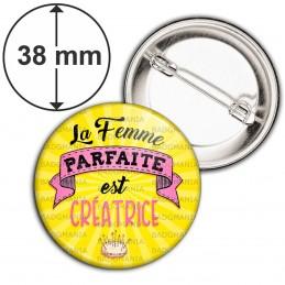 Badge 38mm Epingle La Femme Parfaite est CREATRICE