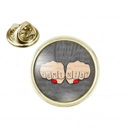 Pin's rond 2cm doré Feminist Poings Femme - Girl Power - Fond Gris