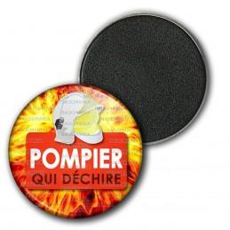 Magnet Aimant Frigo 3.8cm Pompier Qui Déchire Rouge - Casque SP Fond Feu Flamme