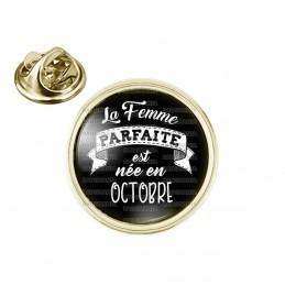 Pin's rond 2cm doré La Femme Parfaite est Née en OCTOBRE - Blanc sur Noir