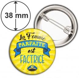 Badge 38mm Epingle La Femme Parfaite est FACTRICE - Casquette sur fond jaune