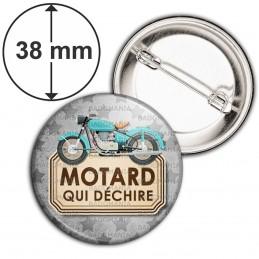 Badge 38mm Epingle Motard qui déchire - Moto Ancienne Fond Gris