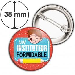 Badge 38mm Epingle Un Instituteur Formidable - Chatain - Fond Rouge