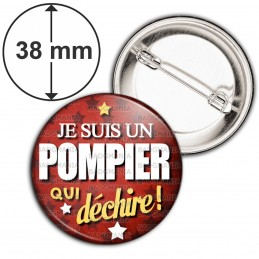 Badge 38mm Epingle Je Suis un Pompier qui Déchire - Fond Rouge Etoiles