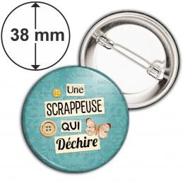 Badge 38mm Epingle Une scrappeuse qui déchire - Boutons Papillon Fond Bleu