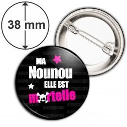 Badge 38mm Epingle Ma nounou elle est mortelle - Fond Noir