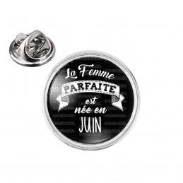 Pin's rond 2cm argenté La Femme Parfaite est Née en JUIN - Blanc sur Noir