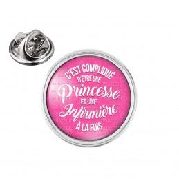 Pin's rond 2cm argenté C'est compliqué d'être une Princesse et Infirmière à la Fois - Fond Rose