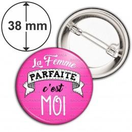 Badge 38mm Epingle La Femme Parfaite C'est Moi - fond rose