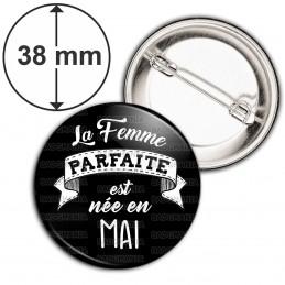 Badge 38mm Epingle La Femme Parfaite est Née en MAI - Blanc sur Noir