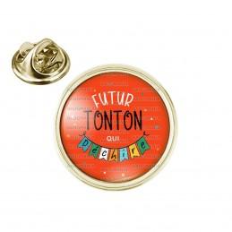 Pin's rond 2cm doré Futur TONTON qui déchire - Banderole Fond Rouge