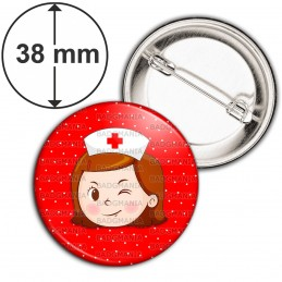 Badge 38mm Epingle Infirmière Tête Clin d'oeil Fond Rouge