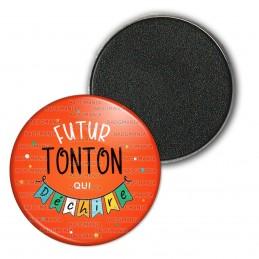Magnet Aimant Frigo 3.8cm Futur TONTON qui déchire - Banderole Fond Rouge