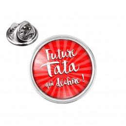 Pin's rond 2cm argenté Future Tata qui Déchire - Fond ronge
