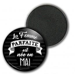 Magnet Aimant Frigo 3.8cm La Femme Parfaite est Née en MAI - Blanc sur Noir
