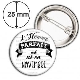 Badge 25mm Epingle L'Homme Parfait est Né en NOVEMBRE - Noir sur Blanc