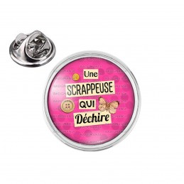 Pin's rond 2cm argenté Une scrappeuse qui déchire - Boutons Papillon - Fond Rose