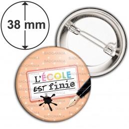 Badge 38mm Epingle L'Ecole est finie - Plume Etiquette Fond Rose