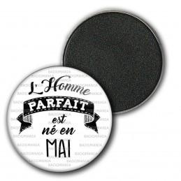 Magnet Aimant Frigo 3.8cm L'Homme Parfait est Né en MAI - Noir sur Blanc