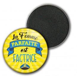 Magnet Aimant Frigo 3.8cm La Femme Parfaite est FACTRICE - Casquette sur fond jaune