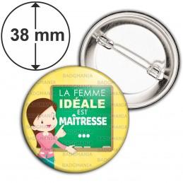 Badge 38mm Epingle La femme idéale est Maîtresse - Fond jaune tableau vert