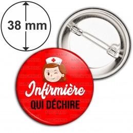Badge 38mm Epingle Infirmière qui déchire - Tête Clin d'oeil Fond Rouge