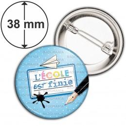 Badge 38mm Epingle L'Ecole est finie - Plume Etiquette Fond Bleu