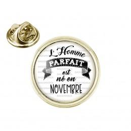 Pin's rond 2cm doré L'Homme Parfait est Né en NOVEMBRE - Noir sur Blanc