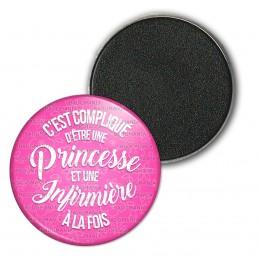 Magnet Aimant Frigo 3.8cm C'est compliqué d'être une Princesse et Infirmière à la Fois - Fond Rose