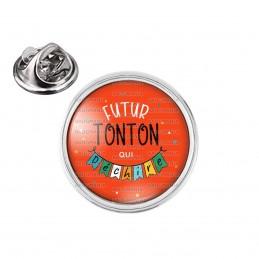 Pin's rond 2cm argenté Futur TONTON qui déchire - Banderole Fond Rouge