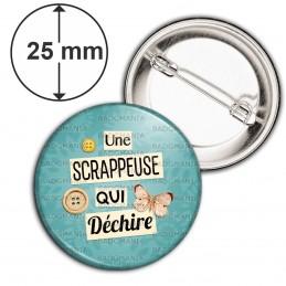 Badge 25mm Epingle Une scrappeuse qui déchire - Boutons Papillon Fond Bleu