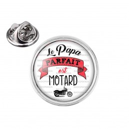 Pin's rond 2cm argenté Le Papa Parfait est Motard - Moto Noire Fond Blanc