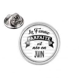 Pin's rond 2cm argenté La Femme Parfaite est Née en JUIN - Noir sur Blanc
